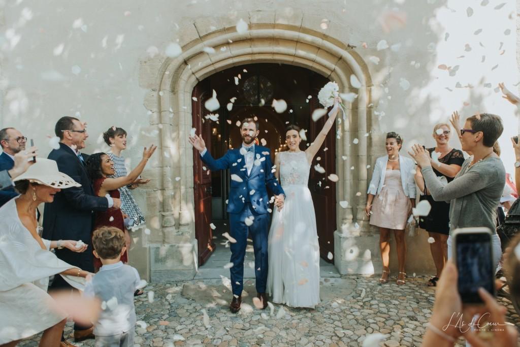 sortie eglise-lancer-pétales de rose-mariés-wedding planner-Bordeaux